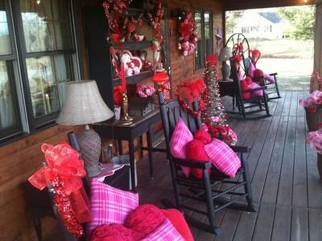 Unique Outdoor Valentine Decor Ideas 15